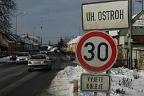 Dopravní značka omezující rychlost na kraji Uherského Ostrohu.