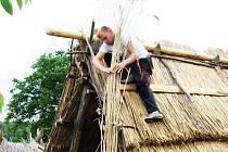 NÁSLEDKY VICHŘICE ZMIZELY. Nové rákosové střechy dostaly v těchto dnech tři domy ve skanzenu na Modré