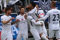 Fotbalisté Slovácka (v bílých dresech) proti Příbrami
