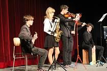 Studenti na den umělci. Akademie Gymnázia opět rozzářila akademický rok. Diváci mohli vidět na 28 jak hudebních, tanečních, tak i hereckých scének.
