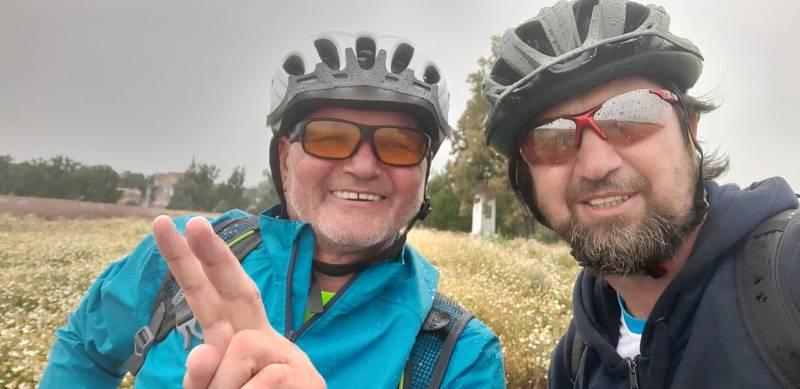 Na kole deštivými vinohrady se vydala také skupinka cyklistů z Ostrožské Lhoty. Stanislav Dufka (vlevo) s Radkem Bartoníčkem.
