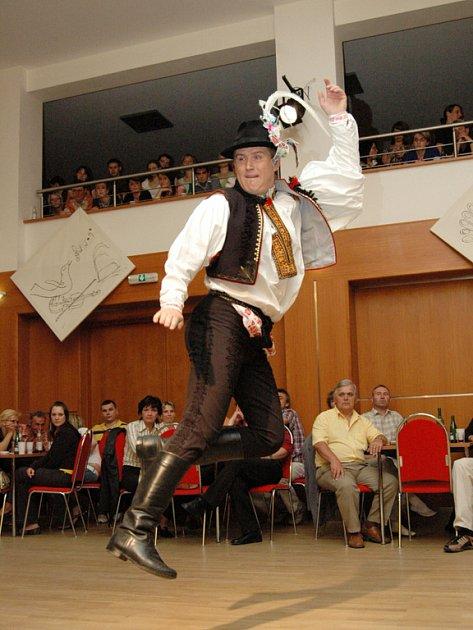 Na pomyslných stupních vítězů stanuli sice Staroměšťané, ale zahanbit se nedal ani Petr Soška z Nedakonic, který tančí v souboru Pentla.