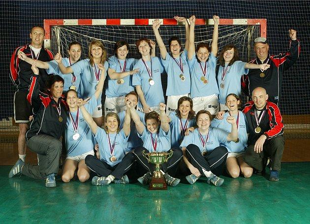 Před dvanácti lety získaly zlínské házenkářky svůj poslední mistrovský titul. Zasloužily se o něj i Lenka Kysučanová (v horní řadě třetí hráčka zleva), Jana Simerská (druhá zprava) a Kristýna Salčáková (v dolní řadě první zprava).