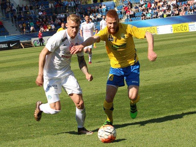 Synot Liga, 1. FC Slovácko - FC Fastav Zlín. Zleva Matěj Biolek a Tomáš Janíček.