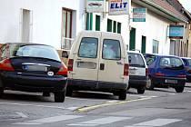 Tak jak by měl, stojí s autem na parkovišti Za Špicí málokdo.