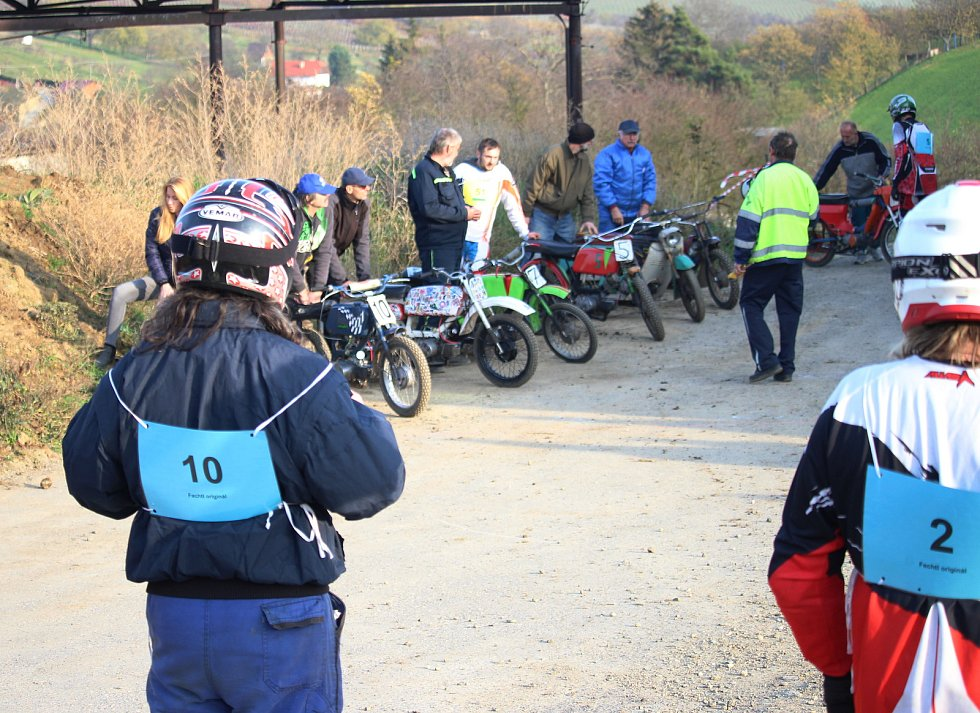 Mikulášský Fechtl Cup se v areálu bývalého statku v Břestku jel o měsíc dřív. Číslo 9 a samostatné fotky na motorce je Lukáš Krause.