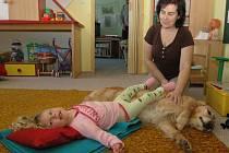 Při canisterapii se děti pomocí psů také prohřívají.