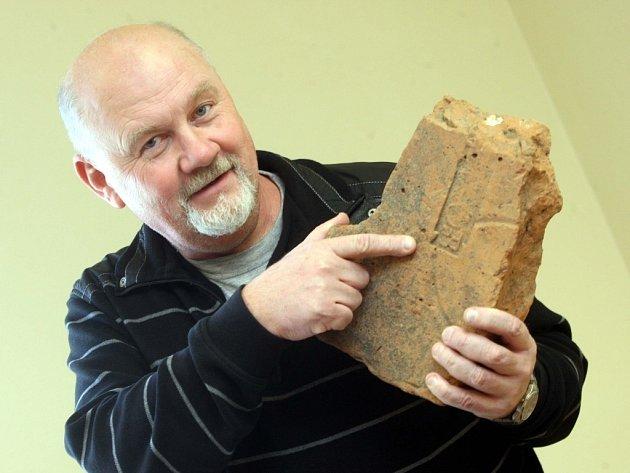 Archeolog Luděk Galuška v Centru slovanské archeologie v Uherském Hradišti.  Na snímku s římskou cihlou z kostela ve Starém Městě.