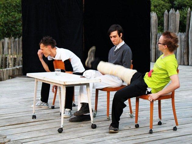 Herci SemTamFóru Slavičín se v sobotu večer představili v opevněném sídliště Archeoskanzenu Modrá inscenací Muž sedmi sester.