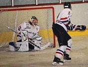 Hokejisté HC Uherské Hradiště (v bílém) podlehli v derby Uh. Ostrohu 4:7