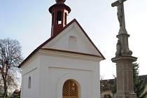 Kaplička Panny Marie Hostýnské v centru Drslavic.