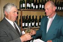 Stanislav Míša (vlevo) a Jan Šoustek (vpravo) si po převzetí diplomů za nejlepší vína připili na zdraví a dobrou úrodu hroznů v letošním roce.
