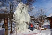 Už po desáté v řadě vytvořili ve Ski-Areálu Osvětimany pomocí hadice a vody Ledový strom, který dosahuje letos až pěti metrů.