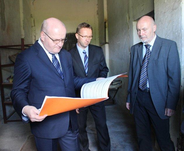 V rámci návštěvy Uherského Hradiště si prohlédl ministr kultury Daniel Herman někdejší a nyní chátrající věznici.