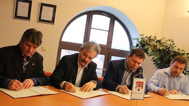 Zástupci města Uherské Hradiště, Slováckého muzea, Klubu kultury a spolku Memoria ve středu 10. února podepsali dohodu, která vyústí ve vznik expozice, mapující osudy uherskohradišťské věznice.