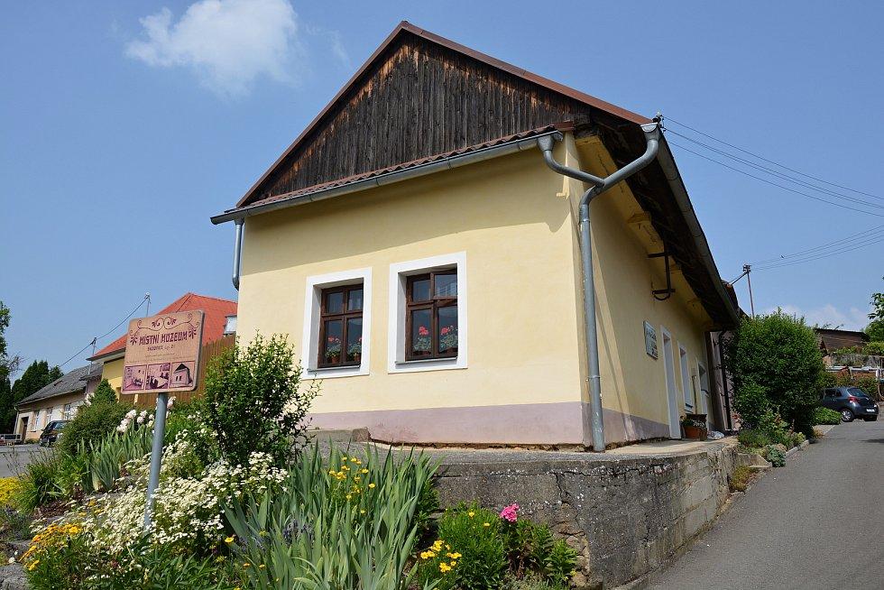 Na březích Svodnice leží Sazovice, vesnička má milená... Muzeum v Sazovicích, snímek z 24. června 2021.