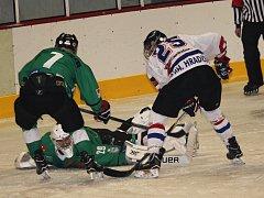 Hokejisté Uherského Hradiště (v bílém) rozdrtili Rosice 11:3.