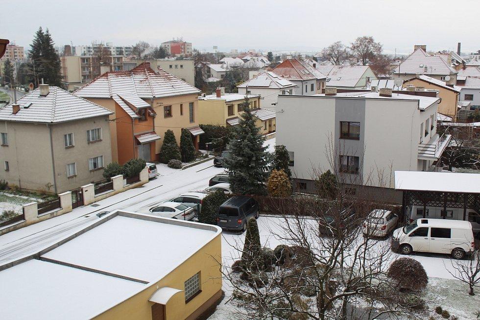 První sníh v uherskohradišťské ulici Na Baště.