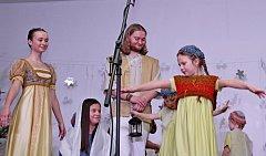 Za nebeským úkazem putovala nejen Děcka zBuchlovic, ale i diváci vkulturním centru.
