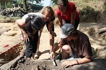 Prostor, v němž archeologové a studenti letos prováděli předstihový výzkum, byl už narušen pokládáním kabeláže vysokého napětí.