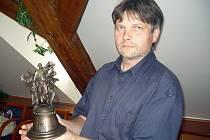 Ředitel uherskohradišťského Klubu kultury Antonín Mach představuje cenu Slovácký šohaj pro nejlepšího tanečníka.