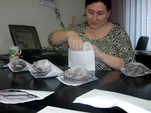 Redaktorka Blanka Malušová počítá soutěžní kupony soutěže Onejpohlednější stárkovský pár.