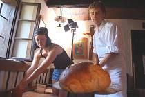 Členové krúžku Dolněmčan upekli v sobotu ve starobylé peci 40 bochníků chleba.