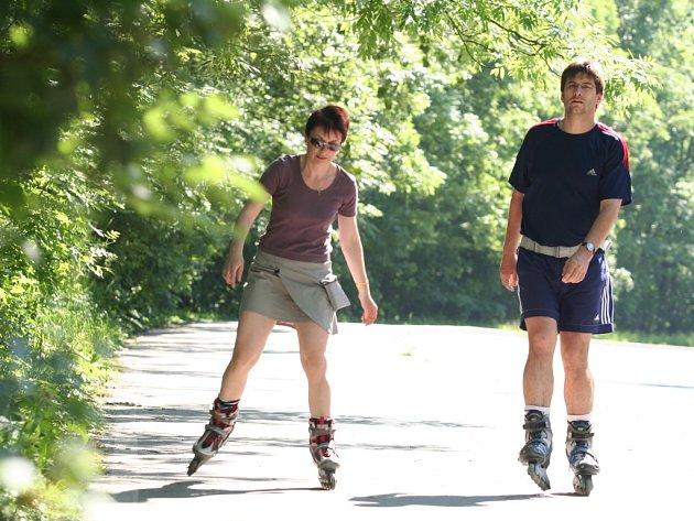 PŘEKÁŽEJÍ? Mnozí bruslaři si neuvědomují, že nejen na cyklostezkách pro ně platí stejná pravidla jako pro chodce.