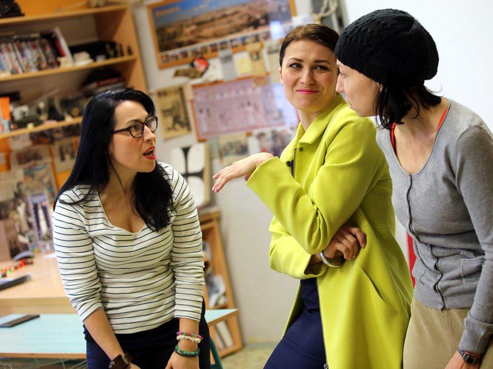 Jitka Hlaváčová (vlevo) ve hře  Úča musí pryč. Ilustrační foto.