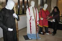Archeolog Slováckého muzea Tomáš Chrástek kompletuje oděv Velkomoravana.