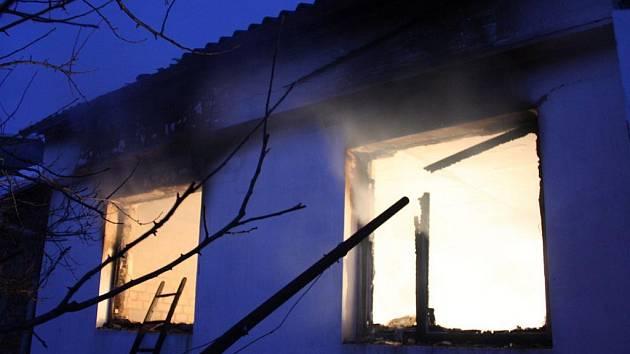 Tragické následky měl požár, který v pátek 5. února před půl patou ráno zachvátil rodinný dům v Uherském Ostrohu. V plamenech našla smrt zřejmě osmdesátiletá majitelka domu.