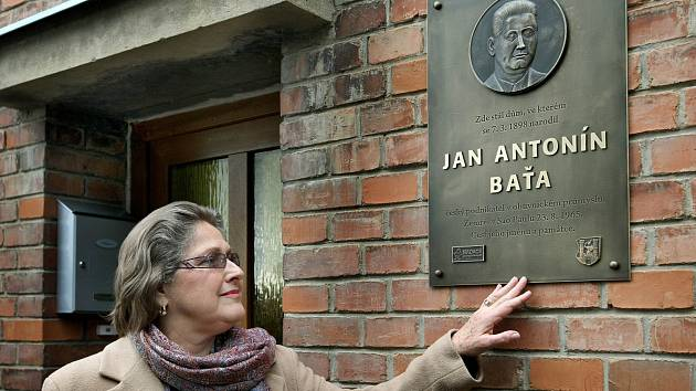 Rodný dům J. A. Bati ve Starém Městě, v jehož dvoře se nacházela sodovkárna. Na snímku vnučka J.A. Bati Dolores Ljiljana Bata Arambasic