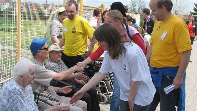 Z očí studentů i handicapovaných se zračila radost z neformálního setkání.