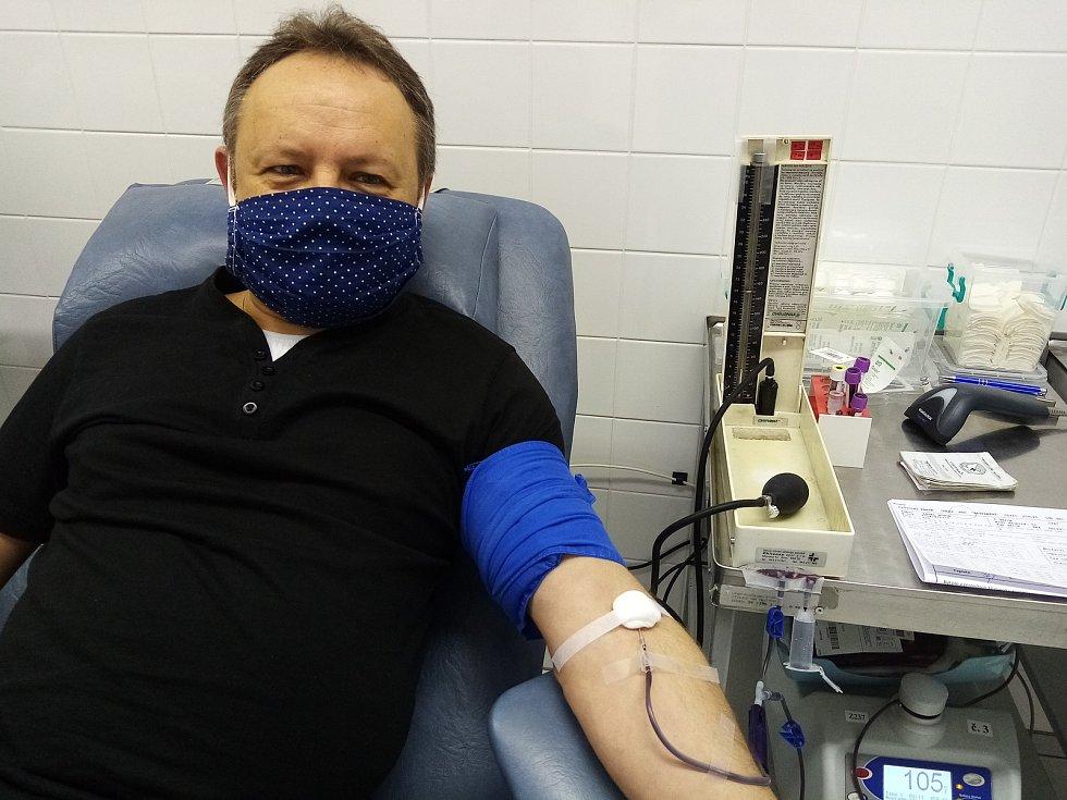 Šéfredaktor Slováckého deníku Pavel Bohun při svém 100. odběru krve v transfuzní stanici Uherskohradišťské nemocnice.