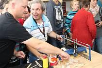 Na padesátka klientů Sociálně terapeutických dílen v Uherském Hradišti si může díky Kabelkovému veletrhu zkusit pravou stolařskou práci v nové dřevařské dílně.