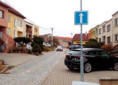 Otočená jednosměrka v ulici Družstevní v Uherském Hradišti. Řidiči nový zákaz vjezdu nerespektují.