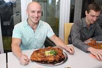 Sedm statečných jedlíků se utkalo v prvním ročníku o Slováckého řízka. Popasovat se s dvoukilovým řízkem nakonec dokázal pouze Martin Cetkovský ze Starého Města.