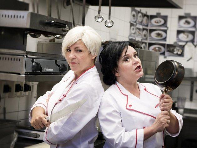 Slovácké divadlo uvádí v netradičním prostředí restaurace Beef & Beer komedii Čarodějnice v kuchyni. Dvojici rivalek za plotnou i v soukromí vytvořila Monika Horká a Jaroslava Tihelková. Režisérem je Michal Skočovský.
