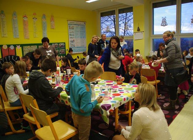 Doslova útokem vzali rodiče školáků Vánoční výstavu v Dolním Němčí .