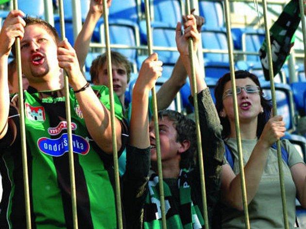 Jiskření mezi fanoušky skončilo pádem příbramského vlajkonoše na trávník.