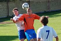 Duel mezi fotbalisty Jarošova a Starého Města (ve světlém) přinesl krásný fotbal i spoustu důrazných soubojů. Z výhry 3:1 se nakonec radovali hosté.