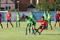 Fotbalisté Hluku (v červených dresech) přestříleli v derby Dolní Němčí 6:3 a bez prohry ovládli Corona Cup.