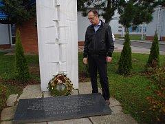 I po třiceti letech od neštěstí Jiří Vyoral vzpomíná na své kolegy a známé u památníku v areálu podniku MESIT v Uherském Hradišti.