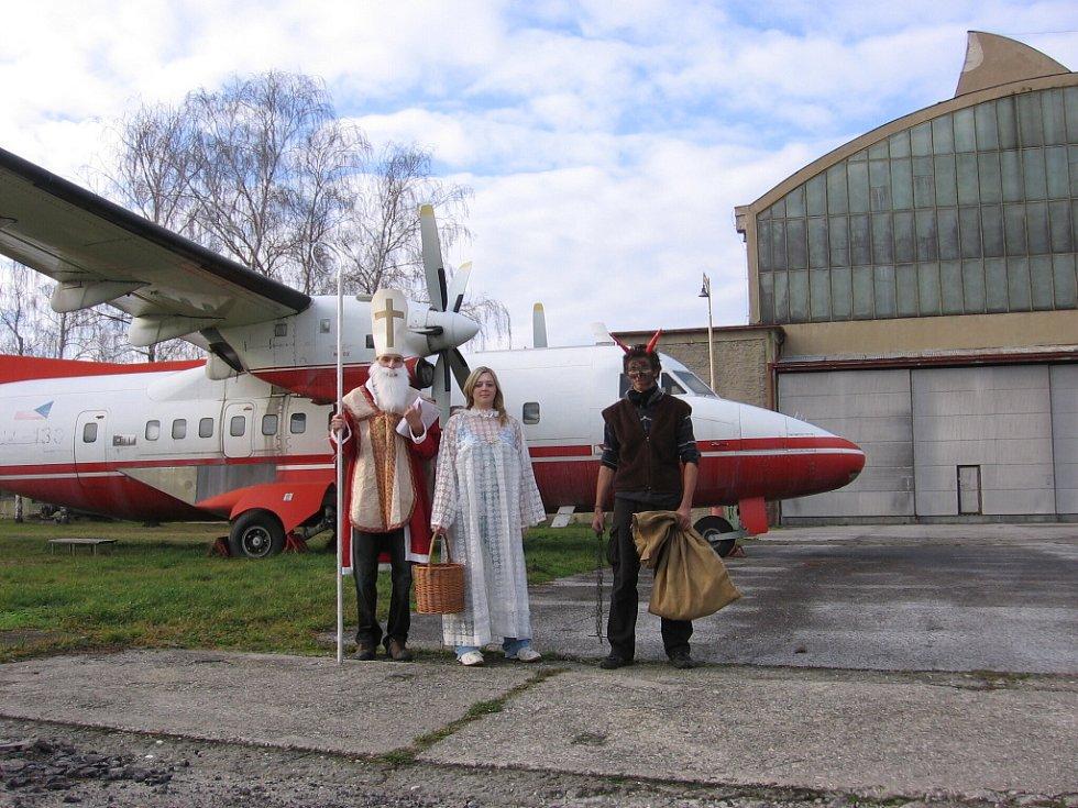 Mikuláš, čert a anděl zamířili uplynulý pátek také do areálu bývalého Letu v Kunovicích.