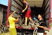 Stovku bicyklů nejrůznějších značek, které byly vyrobeny v České republice i v zahraničí od třicátých let dvacátého století, až po ty ze století jednadvacátého, vyexpedovali v minulých dnech z Archeoskanzenu Modrá do Ostravy.
