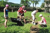 Studentky připravuji jednu z ploch arecheoskanzenu na Modré k archeologickému výzkumu
