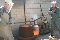 Součástí sympozia je i odlévání bronzu na umělecko průmyslové škole.