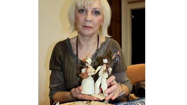 Františka Snopková z Uherského Hradiště vyrání figurky ze šustí.