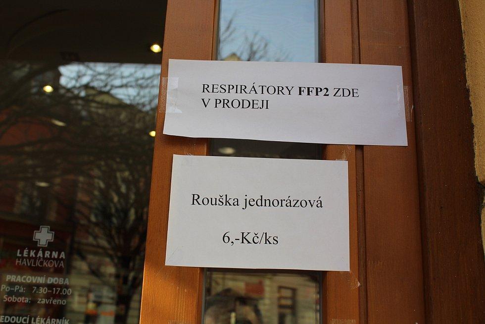 O respirátory v Uherském Hradišti je mezi lidmi zájem. Lékárna Havlíčkova.