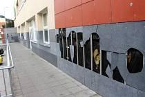 Noční výtržníci si s fasádou Klubu kultury neberou servíty. Město vyšla její oprava už na více než sto tisíc korun.